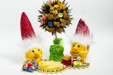 Лимоны в Рождественских шапочках, и Рождественское дерево