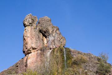 Peña y manantial El Cogullón. Cueva de Valporquero, León.