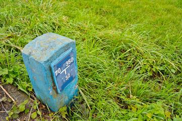 Markierung einer Wasserleitung in der Wiese