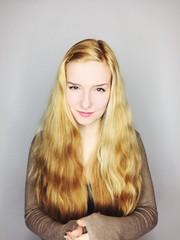 junge Frau mit langen Haaren