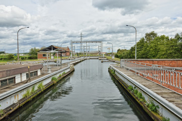 Hydraulic boat Lift Number 1 of Louviere in Houden