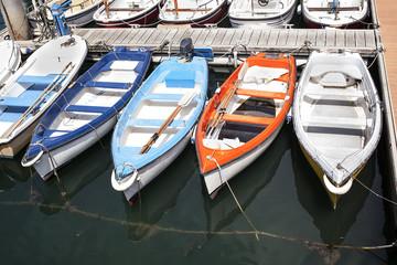 Barcas de diferentes colores atracadas en el puerto