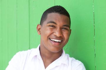 Lachender Student aus Südamerika