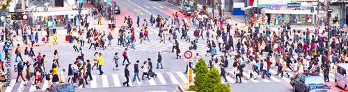 横断歩道を渡る群衆 - 72595063