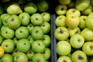 Aplles and pears in trays
