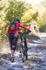 Spingere bici in salita.