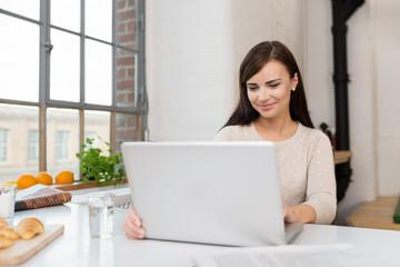 studentin schaut zuhause auf ihren laptop