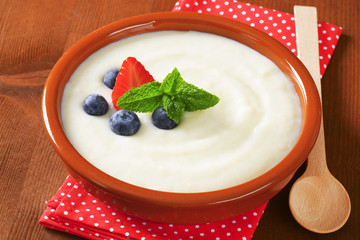 Smooth semolina porridge with fresh fruit