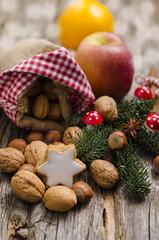 Jutebeutel mit Nüssen, Zimtstern und Apfel