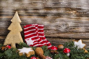 Weihnachtliches Ambiente mit Söckchen, Tanne und Zimtsternen