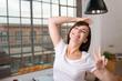 unbeschwerte junge frau tanzt durch ihre wohnung