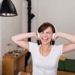 mädchen hört laute musik und singt mit