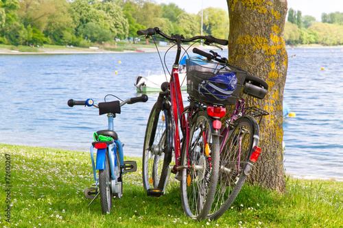 Leinwandbild Motiv Familienausflug mit dem Fahrrad