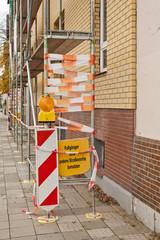 Bauarbeiten - Fussgänger bitte andere Strassenseite benutzen