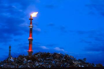 夕刻のコンビナートの煙突