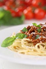 Spaghetti Bolognese oder Bolognaise Nudeln Pasta mit Basilikum