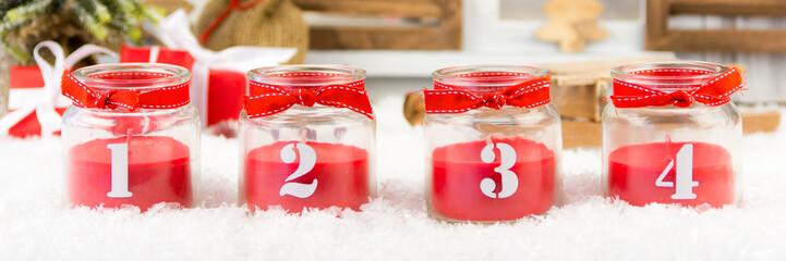 rote kerzen im glas zum 4. advent