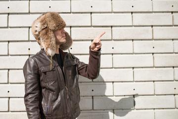 毛皮の帽子を被った男性