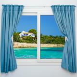 krajobraz przyrody z widokiem na okno z zasłonami