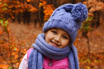 портрет ребенка в осеннем лесу