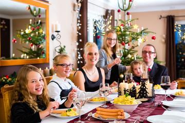 Familie bei Weihnachtsessen