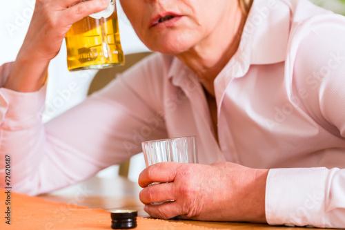 canvas print picture Alkoholikerin trinkt Schnaps