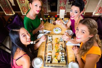 Frauen essen Shushi im Asiatischen Retaurant