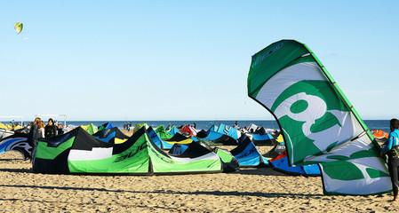 fiesta de kitesurf en la playa de Castelldefels