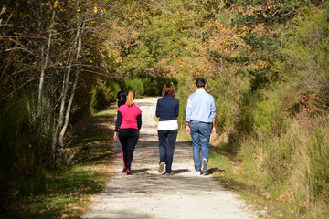 familia caminando por el campo