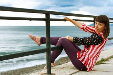 Девушка на морской набережной