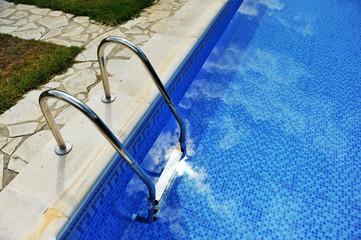 La escalera de la piscina