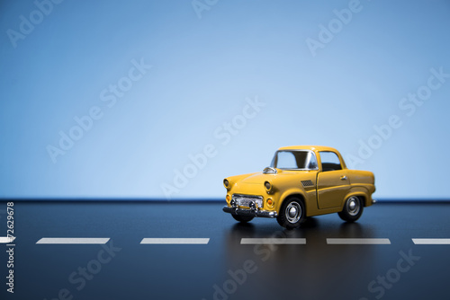 Foto Spatwand Vintage cars Yellow fifties toy model car.