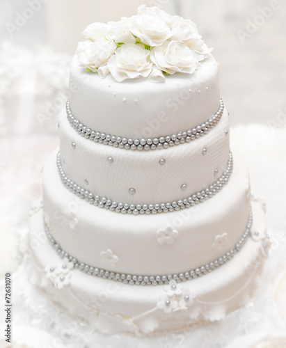 Fotobehang Bakkerij Wedding cake on light background