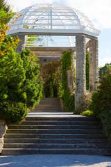 spring time - Treppe zur Pergola - langer Wandelgang
