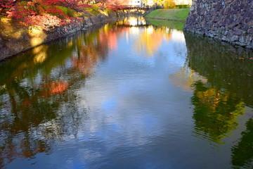松本城、堀の紅葉