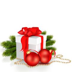 подарочная коробка с бантом, ветками ели и шарами