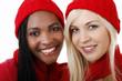 Afrikanische und europäische Frau mit Nikolausmütze