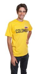 Stehender junger Mann aus Kolumbien