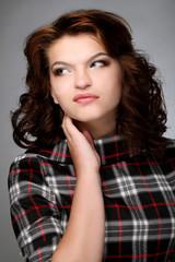 Портрет молодой девушки с рукой у лица