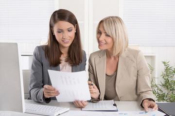 Team von zwei erfolgreichen Frauen im Beruf