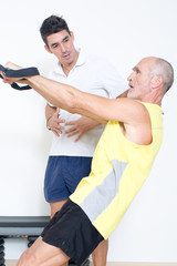 Senior beim Training mit Coach