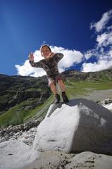 enfant sautant d'un rocher - oisans
