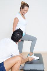Step Übung ältere Frau mit Trainer
