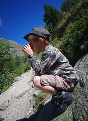 enfants en randonnée - observation aux jumelles