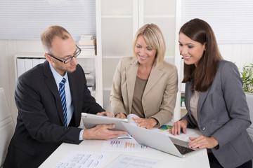 Positive Zusammenarbeit unter Geschäftsleuten: Business Meeting