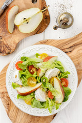 Green salad with tomatoes, mozzarella and pear