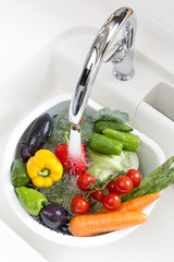 キッチンで洗う野菜