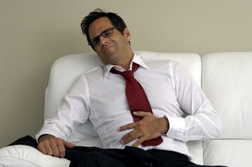 Geschäftsmann hat Bauchschmerzen