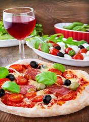 Pizza und Rotwein