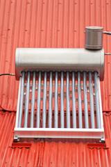 chauffe-eau solaire sur toiture rouge